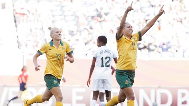 Australia da un paso al frente ante Nigeria (2-0)