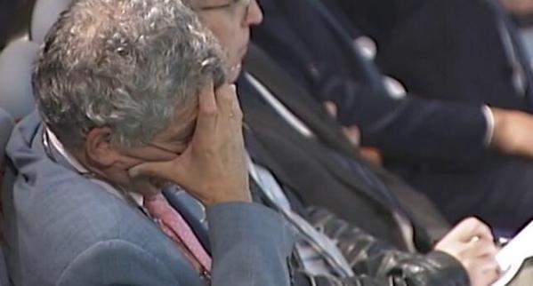 Ángel María Villar, dormido durante la presentación del documental 'Soñar en Grande', de la Selección española de fútbol femenino