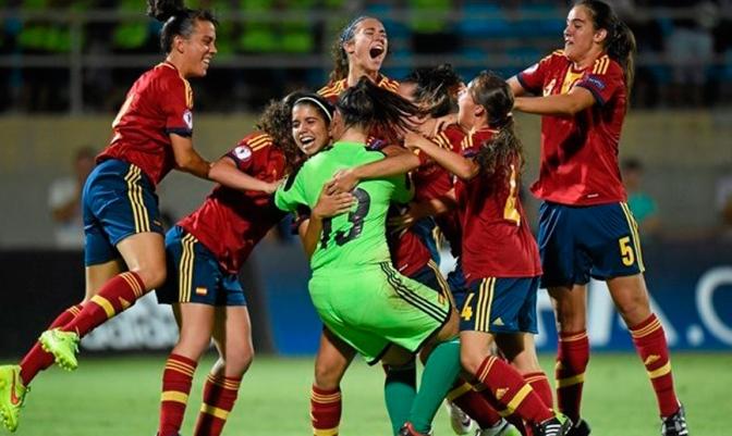 Foto Sportsfile: la Selección española Sub-19 celebra el pase por penaltis a la final del Europeo.