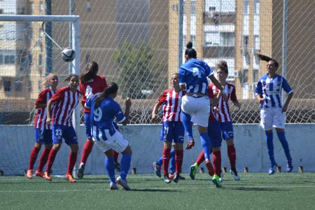 Foto Sporting de Huelva: Sandra remata de cabeza a gol el córner botado por Jenny.