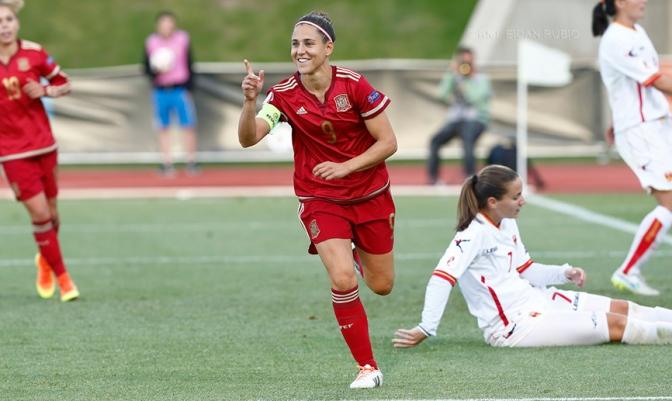 Vero Boquete celebra uno de sus cuatro goles ante Montenegro. Foto @sefutbol.