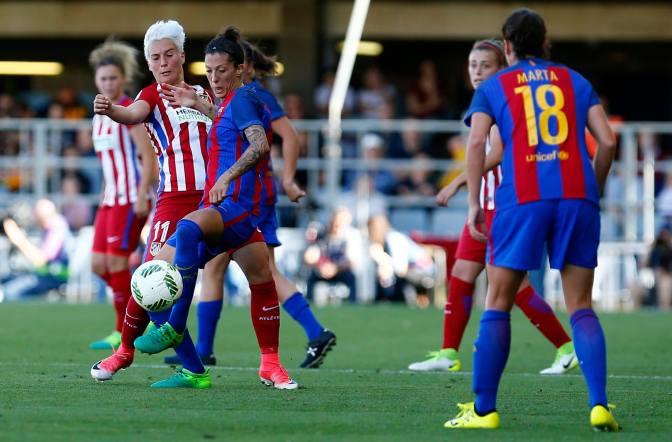 Priscila Borja y Jenni Hermoso disputan un balón durante el Barcelona-Atlético Femenino de LaLIga Iberdrola en el Mini Estadi. Foto: EFE.