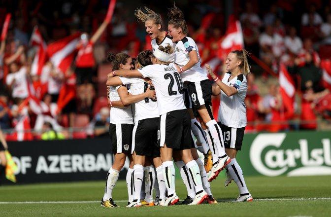 La Selección austriaca celebra el gol de Nina Burger, definitivo para vencer a Suiza en el primer partido del Grupo C de la Eurocopa femenina 2017. Foto: @oefb1904.