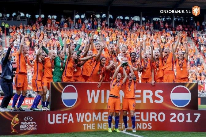 Holanda levante el trofeo tras su triunfo en la final de la Eurocopa 2017 ante Dinamarca. Foto: @oranjevrouwen.